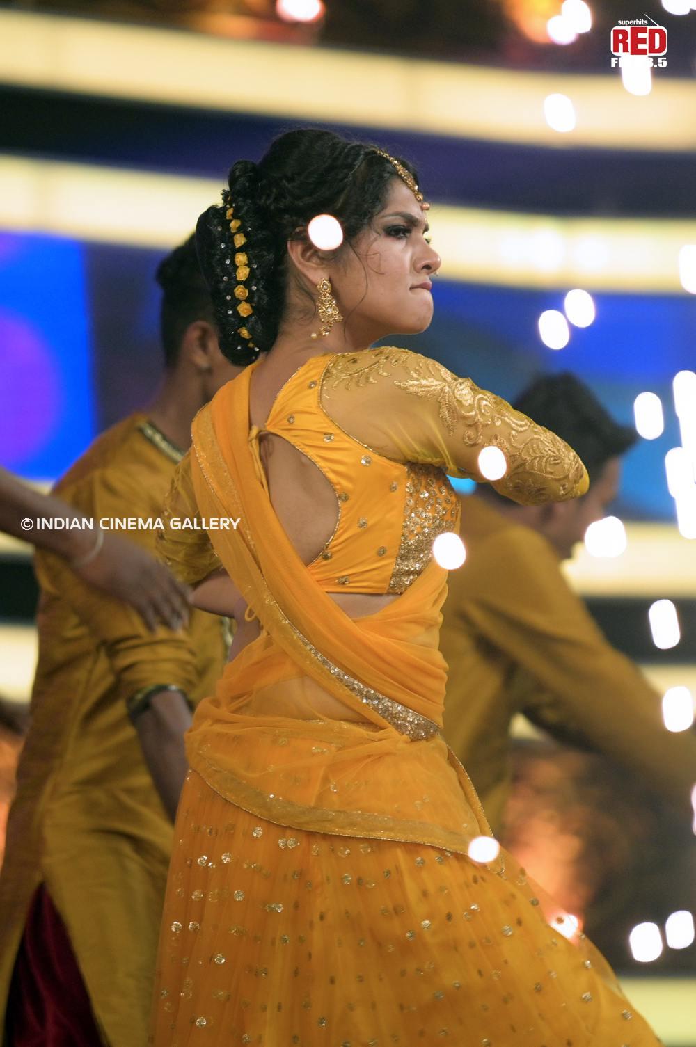 Gayathri Suresh dance at red fm music awards 2019 (23)