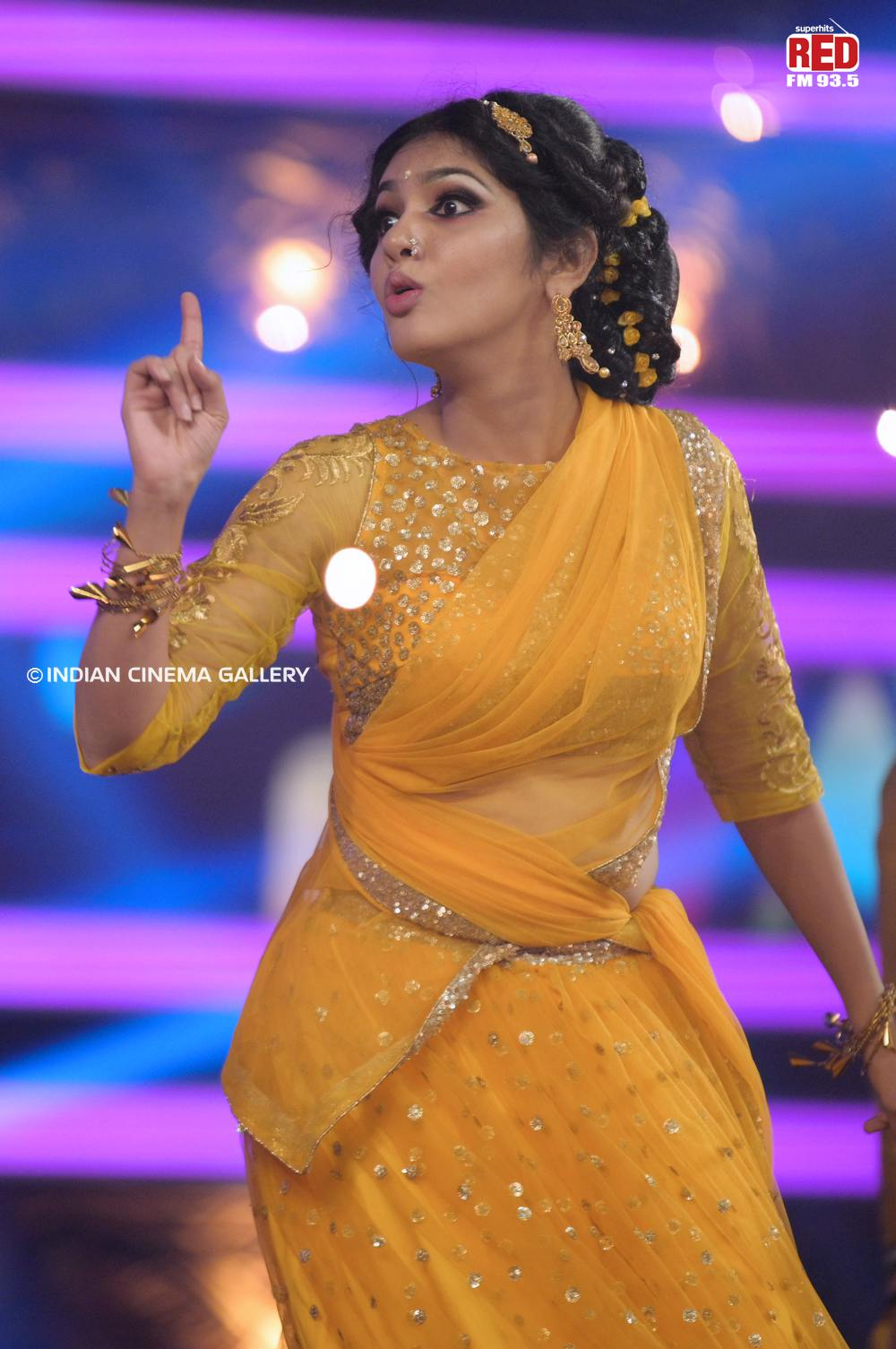 Gayathri Suresh dance at red fm music awards 2019 (30)