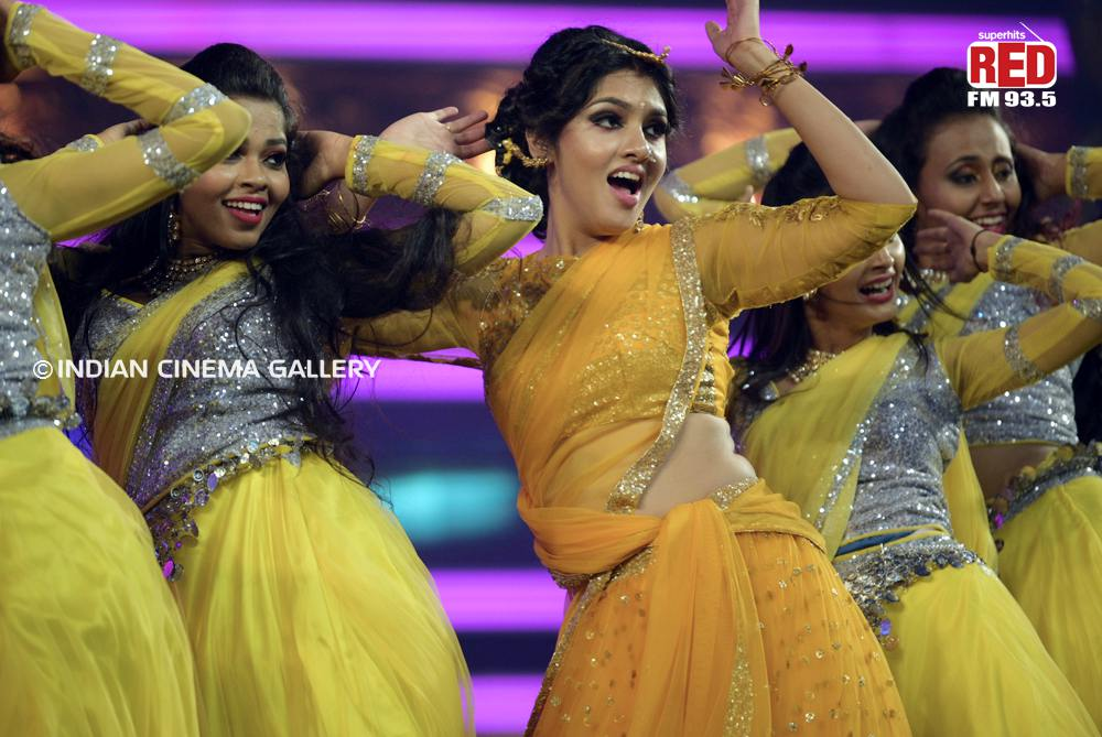 Gayathri Suresh dance at red fm music awards 2019 (35)