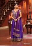 madhuri-dixit-on-the-sets-of-comedy-nights-8352