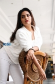 Mahima Nambiar in white dress photo shoot (16)