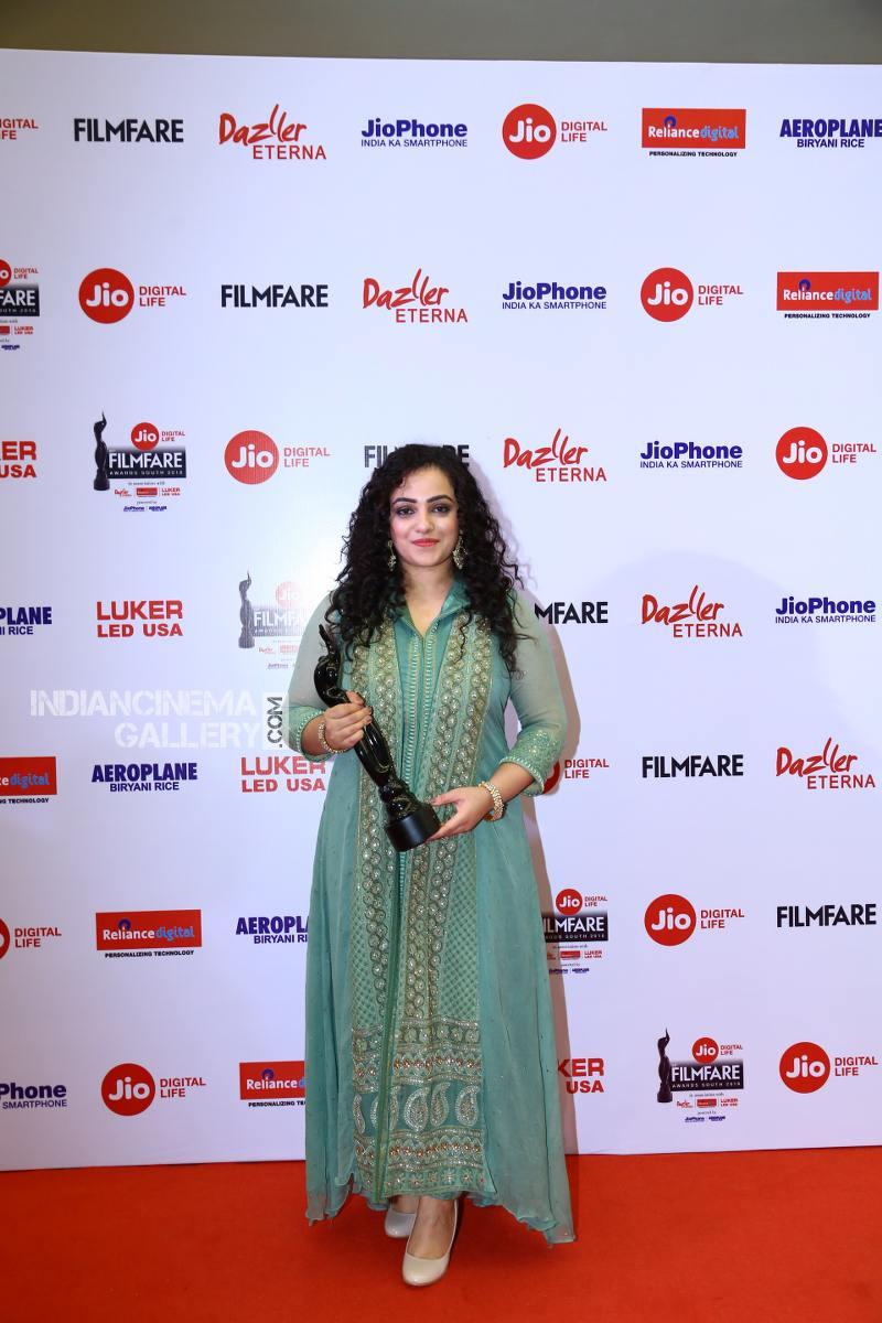 Nithya Menon at filmfare awards 2018 (2)
