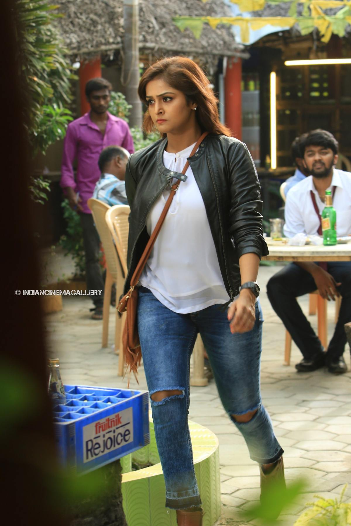Remya Nambeesan in Natpunaa Ennanu Theriyumaa Movie (10)