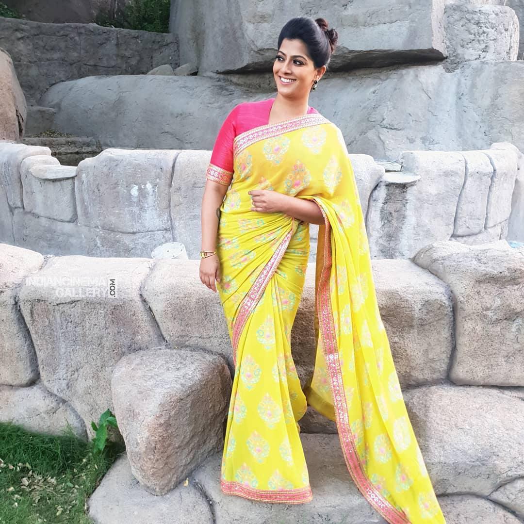 Varalaxmi Sarathkumar new pics (2)