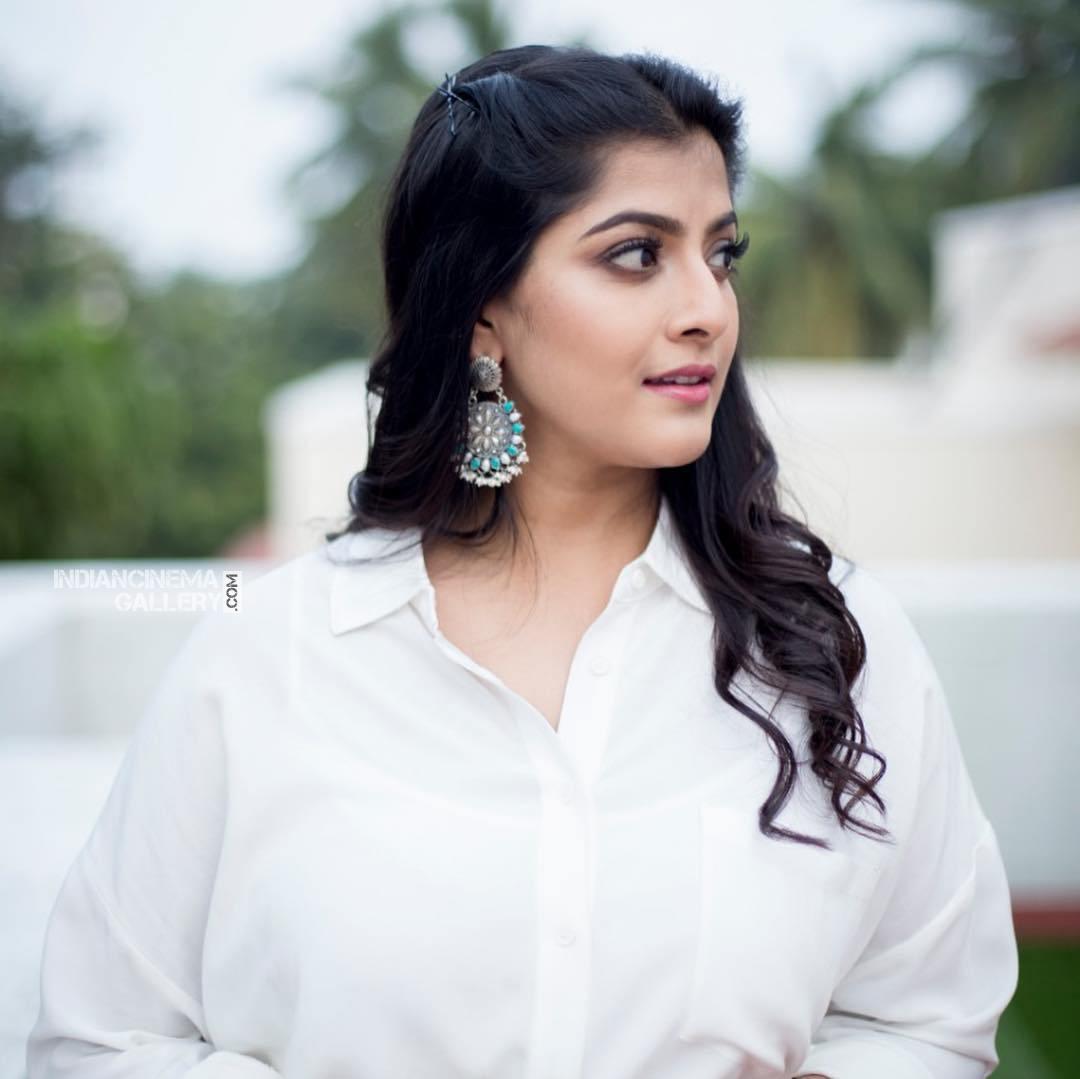 Varalaxmi Sarathkumar new pics (6)