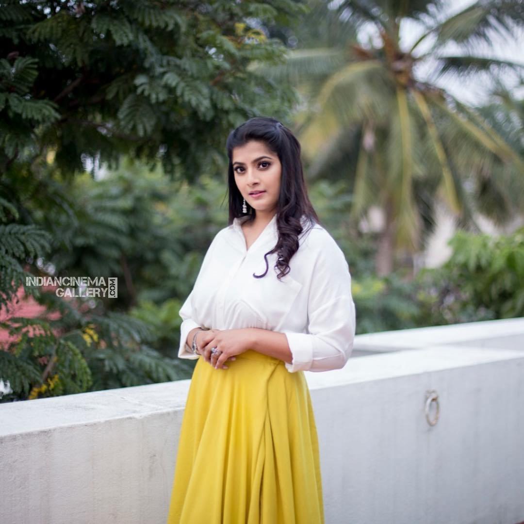 Varalaxmi Sarathkumar new pics (7)