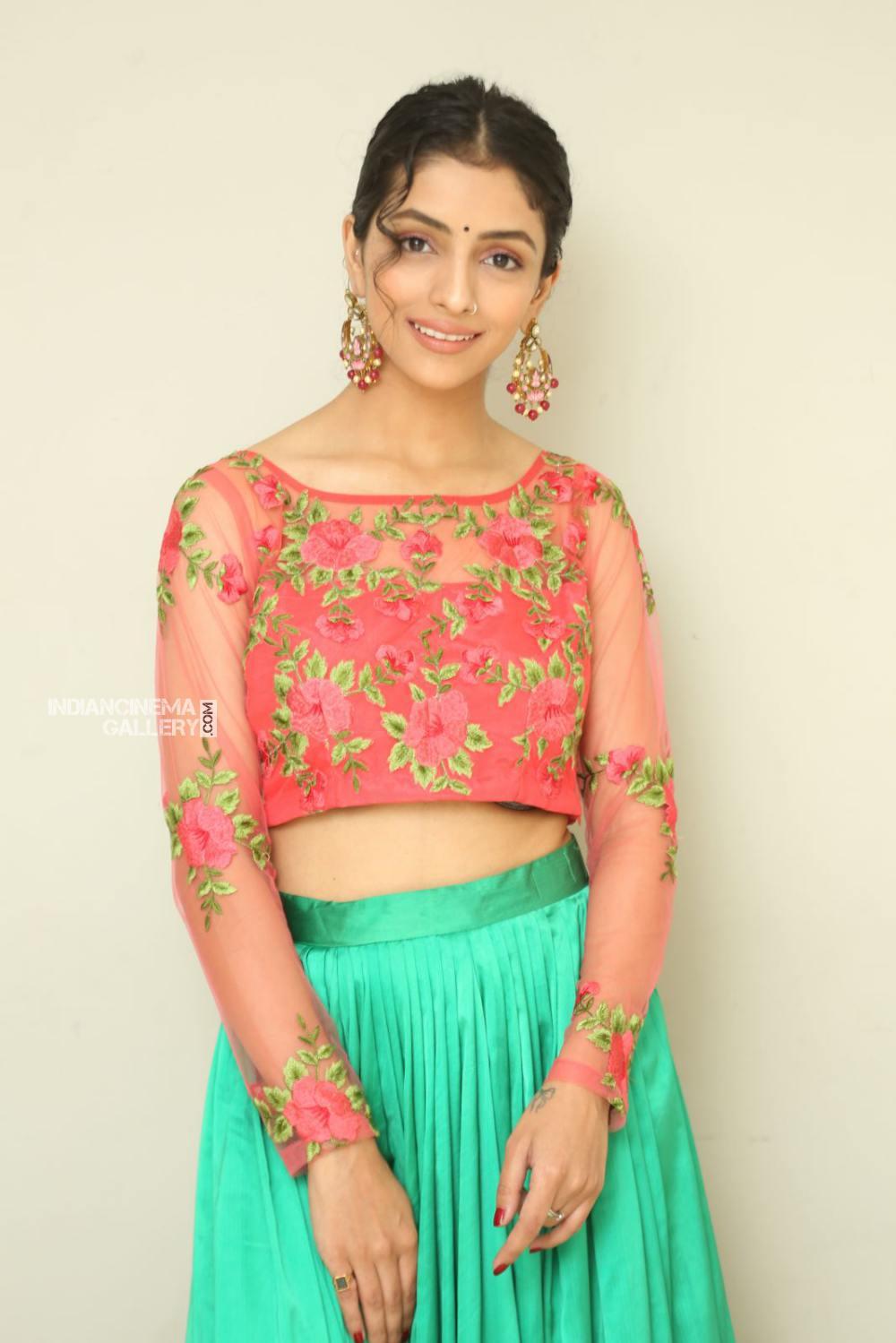 Diksha Sharma Raina new stills (10)