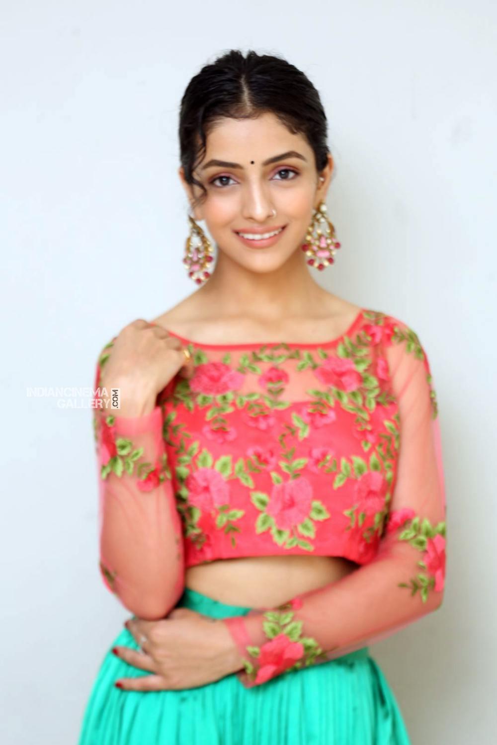 Diksha Sharma Raina new stills (4)