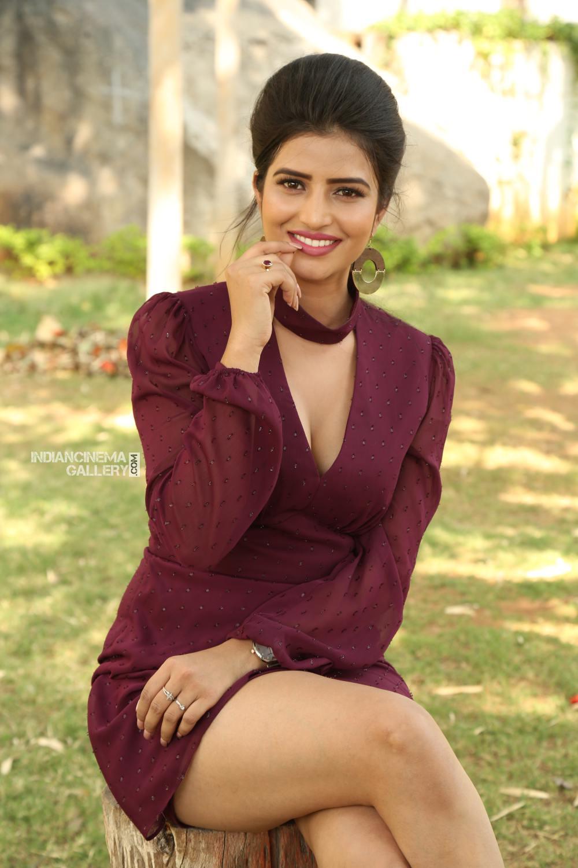 Actress Karishma Kaul Stills (17)