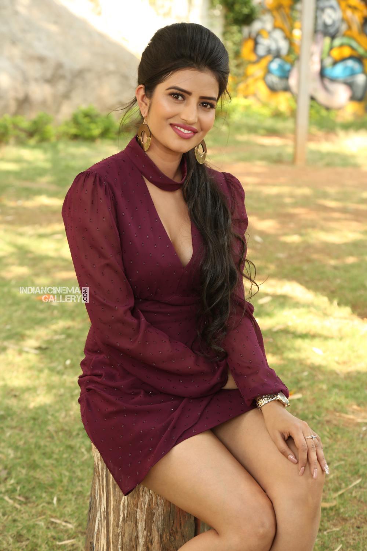 Actress Karishma Kaul Stills (5)