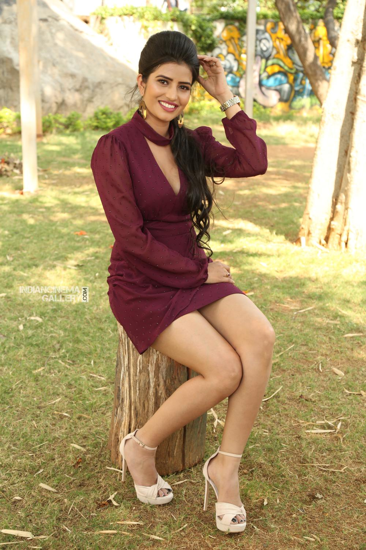 Actress Karishma Kaul Stills (6)