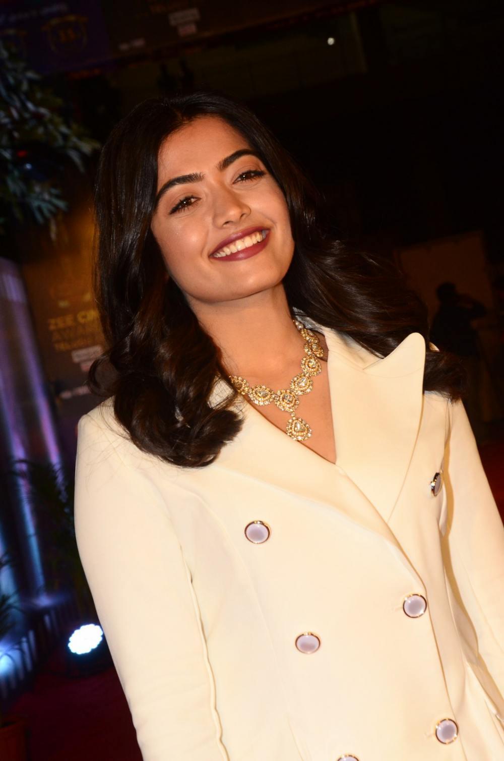Rashmika Mandanna at zee awards 2019 (3)